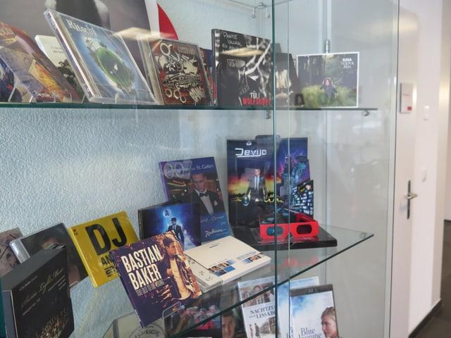 Vitrine mit CDs, DVDs, Platten