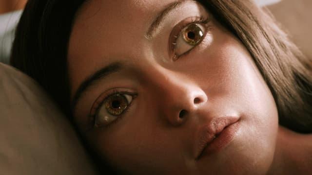 Grossaufnahme eines Mädchens mit riesigen Augen.