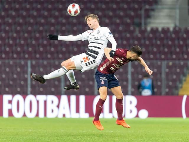 Basels Fabian Frei im Zweikampf mit Servettes Alex Schalk.