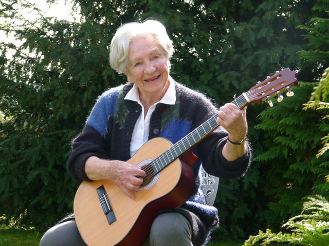 Ilse Schläpfer spielt im Freien Gitarre.