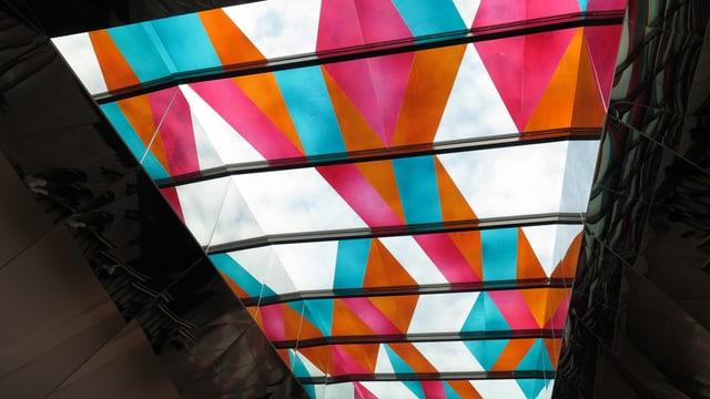 farbige, gläserne Decke im umgebauten Heuried