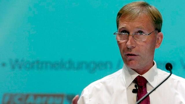 FC Aarau Präsident Alfred Schmid referiert vor einem Mikrofon an einer Medienkonferenz