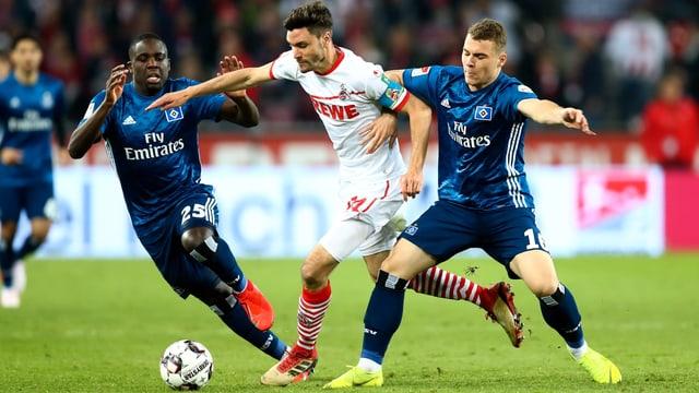 Der HSV-Schweizer Janjicic und Kollege Mangala bedrängen Kölns Hector.