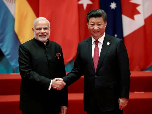 Händeschütteln zwischen Indiens Premierminister Modi (links) und Chinas Präsident Xi