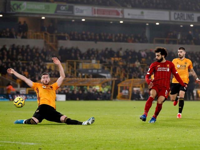 Wolverhamptons Matt Doherty wirft sich in einen Abschluss von Mohamed Salah.