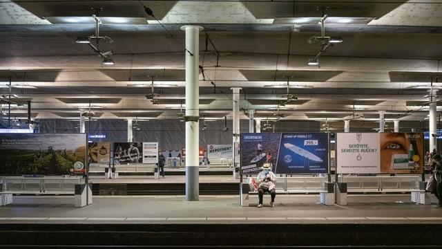 Mann mit Maske am Bahnhof Bern.