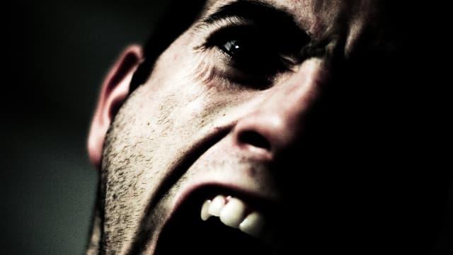 Gesichtsausschnitt eines schreienden Mannes