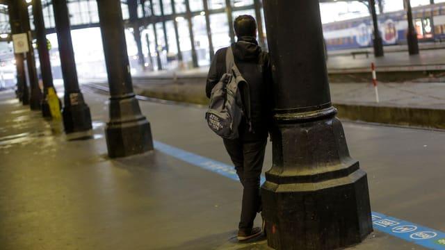 Mann allein auf Bahnsteig