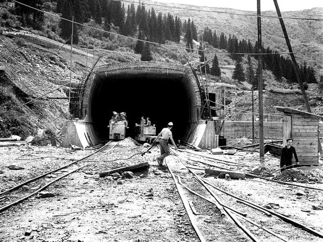 Mineure stehen am Nordportal des San Bernardino-Tunnels.