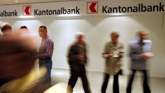Menschen in der Schalterhalle der Nidwaldner Kantonalbank.