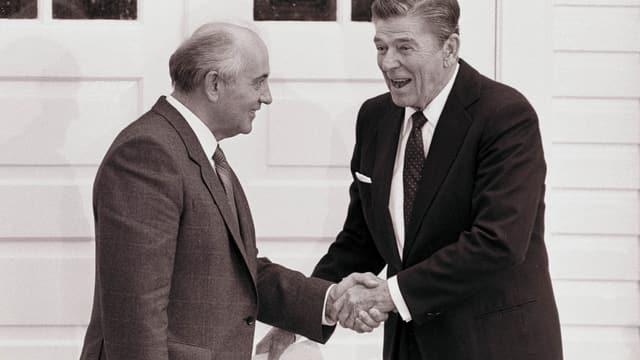 Gorbatschow und Reagan schütteln sich die Hände.