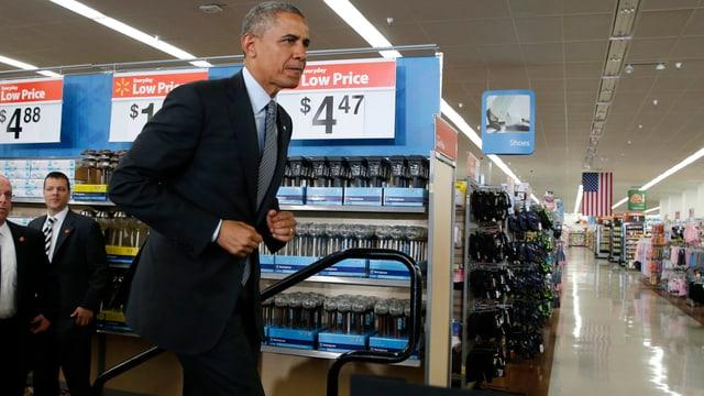 Obama zwischen Einkaufsregalen