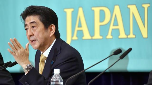 Shinzo Abe bei einer Konferenz.