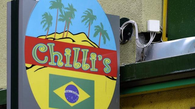 """Hinweisschild an der Fassade der Bar mit dem Schriftzug """"Chilli's"""""""