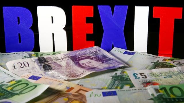 Euro und Pfund vor Brexit-Buchstaben.