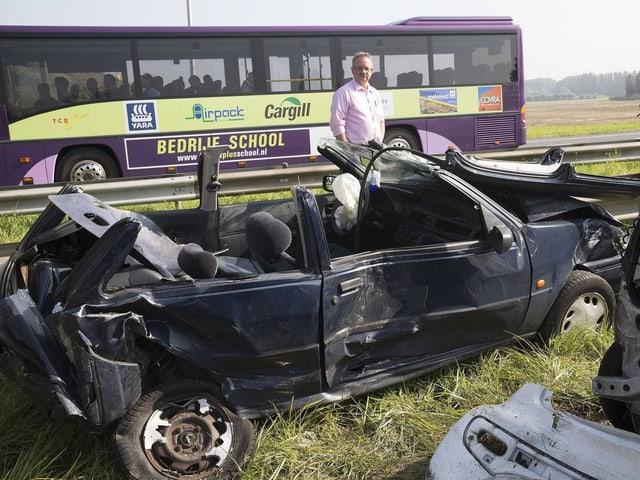 Männer am Rande der Autobahn, im Hintergrund demolierte Autos.