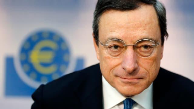 Porträt von Mario Draghi an einer Pressekonferenz