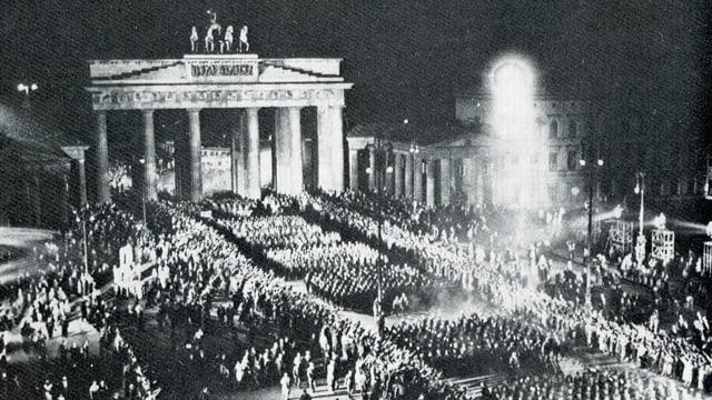 Berlin, ils 30 da schaner 1933 - ils nacionalsocialists celebreschan lur triumf cun in cortegi da faclas