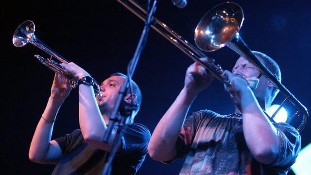 Ein Trompeter und ein Posauner auf einer Bühne