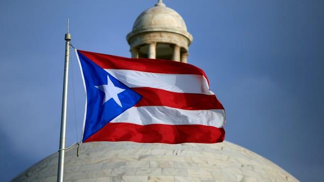 Die Flagge von Puerto Rico weht vor dem Kapitol.