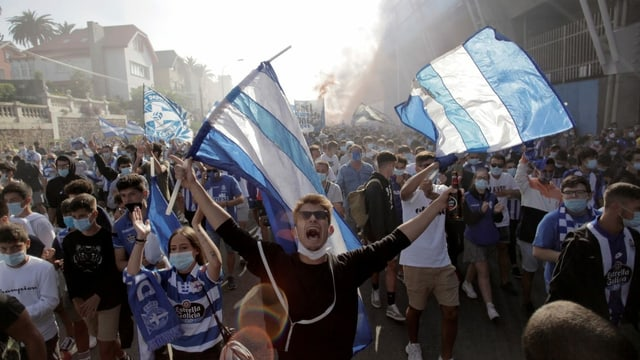 Fans von Deportivo versammeln sich Stunden vor dem Anpfiff vor dem Stadion.