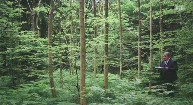 Mike Müller als Bestatter im Wald