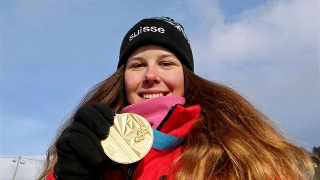 Skirennfahrerin Aline Danioth zeigt stolz eine ihrer zwei Goldmedaillen.