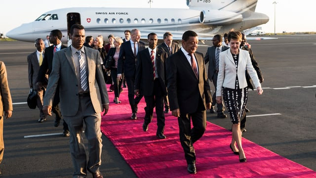 Bundespräsidentin Simonetta Sommaruga und Äthiopiens Präsident Mulatu Teshome auf dem roten Teppich.