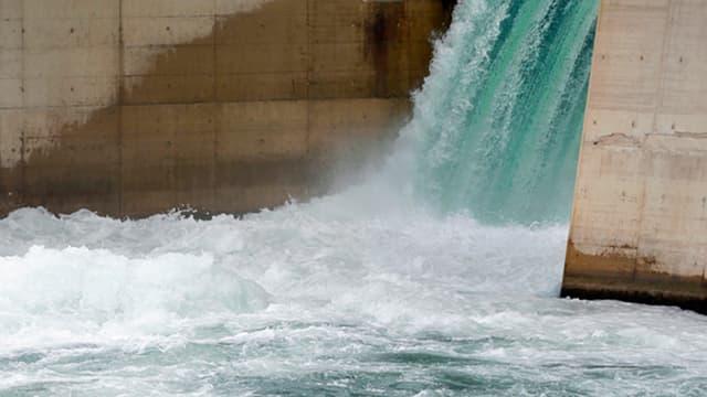 Wasser donnert in eine Becken