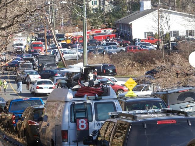 Zahlreiche Autos auf einer Strasse