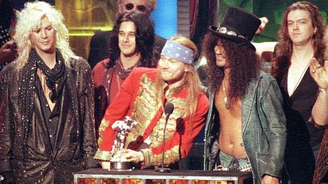 Die Band Guns N' Roses bei einer Preisverleihung.