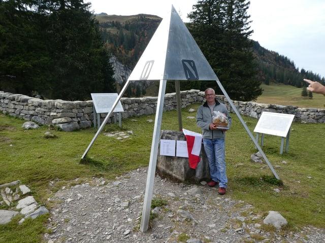 «Held des Alltags 2016» posiert auf der Älggialp am Mittelpunkt der Schweiz.