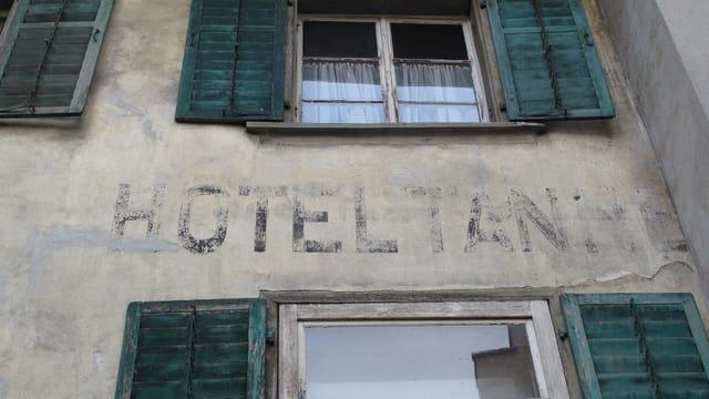 Fassade des alten Hotels Tanne mit dem verwitterten Schriftzug.