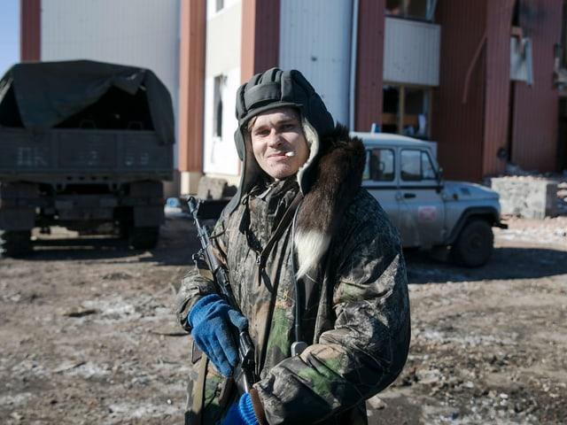 Pro-russischer Separatist mit Gewehr