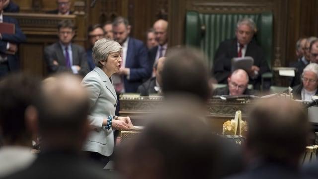 Purtret da Theresa May en il parlament britannic.