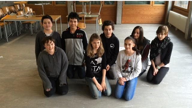 8 scolars e scolaras da l'emprima superiura da Rueun