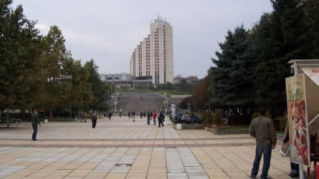 Grosser Platz und im Hintergrund Hochhaus