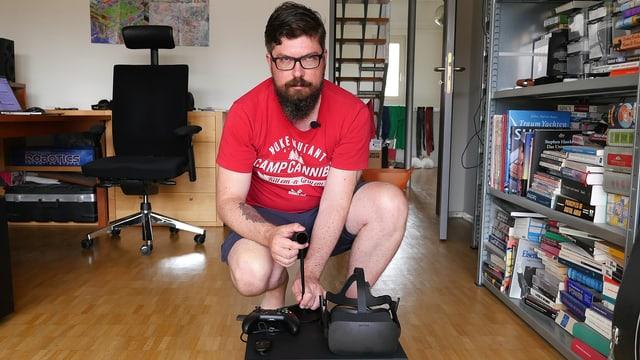 SRF-Digitalredaktor Guido Berger hinter der Schachtel mit der «Oculus Rift» und ihrem Zubehör.
