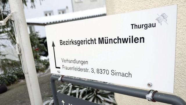 Schild mit Aufschrift Bezirksgericht Münchwilen