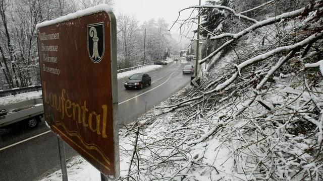 Schild: Wilkommen im Laufental mit Strasse im Hintergrund