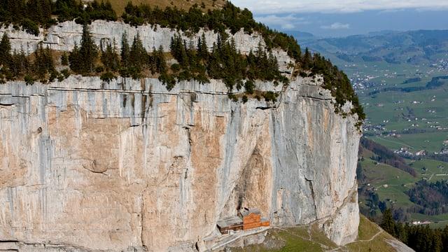 Die Felswand der Ebenalp mit dem Gasthaus Schäfer in der Mitte.