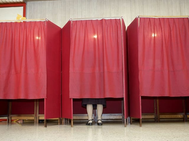 Eine Frau gibt im Wahllokal ihre Stimme ab.