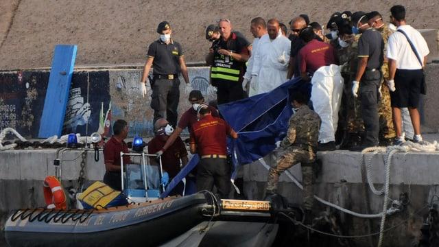 Die italienische Küstenwache birgt Leichen aus dem Wasser.