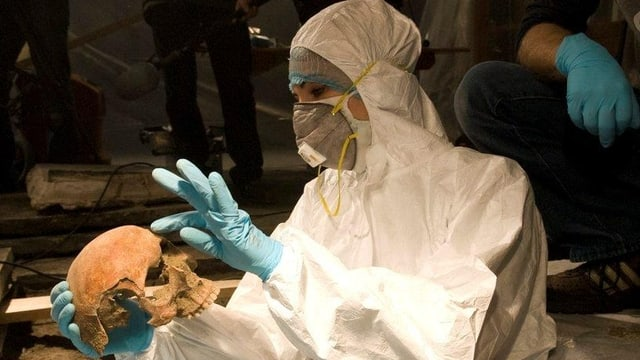 Archäologin bei der Arbeit.