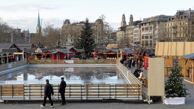 Ein Weihnachtsdorf auf dem Sechseläutenplatz Zürich