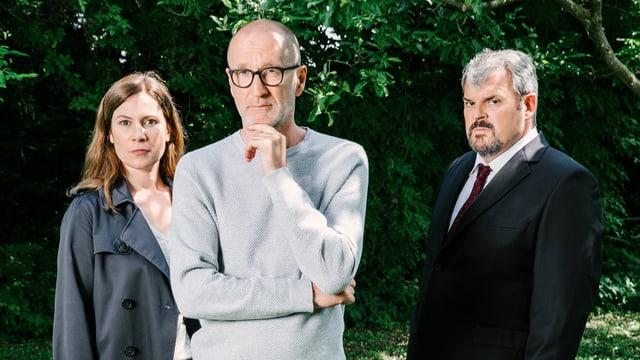 Die drei Darsteller posieren mit ernsten Gesichtern in einer Pferdebox.