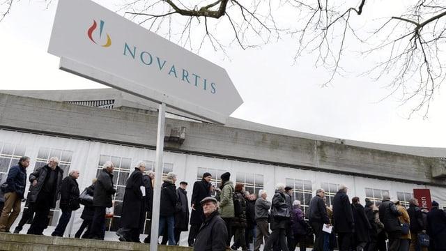 Novartis-Aktionäre stehen vor der St. Jakobshalle Schlage und begehren Einlass zur Generalversammlung