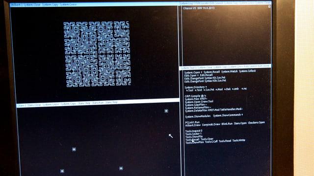 In mehrere Fenster aufgeteilter Bildschirm, auf dem man Wirths neues Oberon-System sieht.