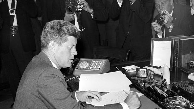 JFK an seinem Schreibtisch, kurz nachdem er die Proklamation betreffend Kuba Krise unterschrieben hatte.