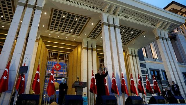 Erdogan spricht vor seinem Palast zu seinen Anhängern, auch seine Frau ist da.